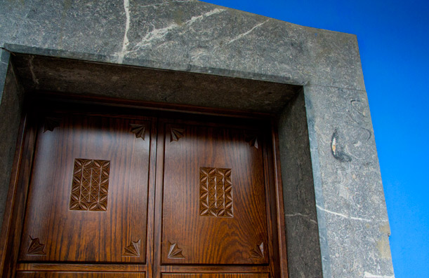 Door with numerical control cutting. Casa Gerardo restaurant. Asturias.